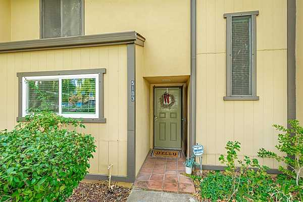 Photo #1 3 Bed/2 Bath 2-story, 1530 sq/ft Townhome - bedroom and full bath downstairs, 2 bedrooms and full bath upstairs. Newer dual pane windows downstairs.